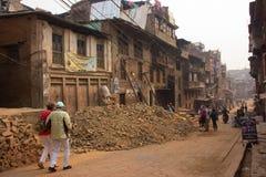 Jordskalvskada längs gatorna av Katmandu fotografering för bildbyråer