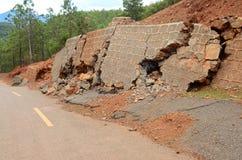 Jordskred och broken väg Arkivbilder