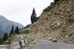 Jordskred på bergvägen Royaltyfria Bilder