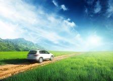 Jordväg och bil royaltyfri bild