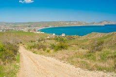 Jordväg som leder från den naturliga reserven Kara-dag till bosättningen Kotebel på en Black Sea kust arkivfoto