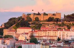 城堡jorge ・里斯本葡萄牙圣地日落 免版税库存图片