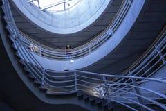 Jork budynku uniwersyteccy wnętrza z betonowymi ścianami i szklany sufit z schodkami obrazy royalty free