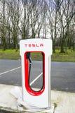 Jork, UK - Marzec 6, 2018: Elektryczna ładowarka dla Tesla EV samochodu, niedawno instalująca w spoczynkowym terenie fotografia royalty free