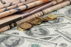 Jornais de negócio, moedas e Fotos de Stock