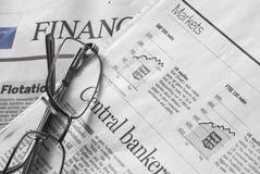Jornais dos mercados de valores de ação foto de stock royalty free