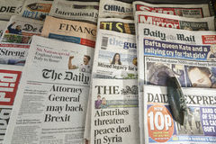 Jornais internacionais fotografia de stock royalty free
