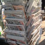 Jornais internacionais vendidos em Barcelona fotografia de stock royalty free