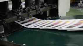 Jornais na linha de embalagem filme