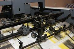 Jornais na máquina impressa offset imagens de stock