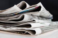 Jornais no fundo preto Imagens de Stock