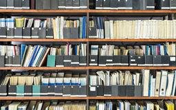 Jornais velhos em uma biblioteca Foto de Stock Royalty Free