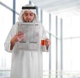 Jornal árabe da leitura do homem de negócio Imagens de Stock Royalty Free