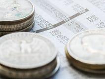 Jornal aberto à página do mercado de valores de ação que mostra resultados de troca Imagens de Stock