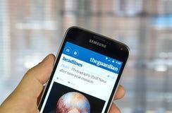 Jornal app móvel de The Guardian imagem de stock royalty free