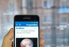 Jornal app móvel de The Guardian fotos de stock