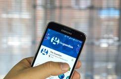 Jornal app móvel de The Guardian foto de stock royalty free