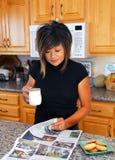 Jornal asiático da leitura da mulher na manhã Fotos de Stock Royalty Free