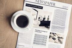 Jornal com café na tabela imagens de stock