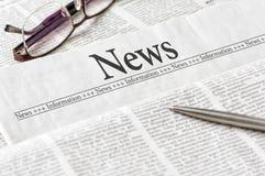 Jornal com o manchete das notícias imagens de stock royalty free