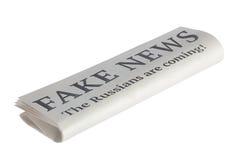 Jornal com título da notícia falsificada Os russos estão vindo! Mim Fotografia de Stock Royalty Free
