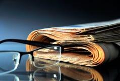 Jornal com vidros imagens de stock royalty free