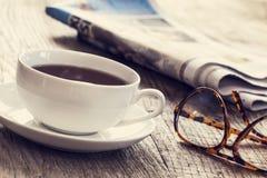 Jornal com xícara de café imagem de stock royalty free