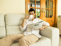 Jornal da leitura imagens de stock