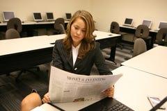 Jornal da leitura da mulher Foto de Stock