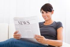 Jornal da leitura da mulher fotografia de stock royalty free