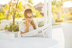 Jornal da leitura da mulher fotografia de stock