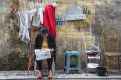 Jornal da leitura da mulher na rua Fotografia de Stock