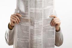 Jornal da leitura da mulher no fundo branco fotografia de stock