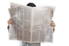 Jornal da leitura da mulher no fundo branco imagens de stock