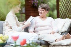 Jornal da leitura do cuidador imagem de stock royalty free