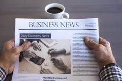 Jornal da leitura do homem na tabela fotografia de stock royalty free