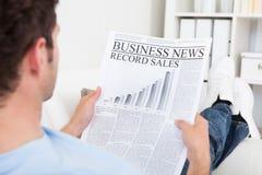 Jornal da leitura do homem novo imagem de stock