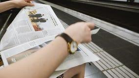 Jornal da leitura da mulher no movimento lento filme