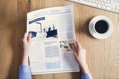 Jornal da leitura na mesa Imagens de Stock Royalty Free