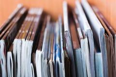 Jornal da pilha dos compartimentos imagens de stock