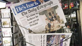 Jornal de compra do homem que caracteriza Boris Johnson filme