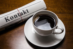Jornal de Kontakt, xícara de café Fotos de Stock Royalty Free