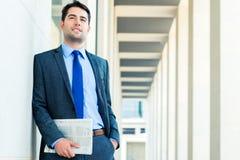Jornal de negócio da leitura do homem de negócios imagens de stock