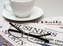 Jornal de negócio e uma chávena de café fotografia de stock royalty free