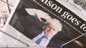 Jornal do Times com Boris Johnson na tampa video estoque