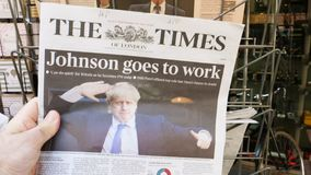 Jornal do Times com Boris Johnson na tampa video estoque