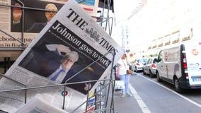 jornal do Times do suporte da imprensa com Boris Johnson PM vídeos de arquivo