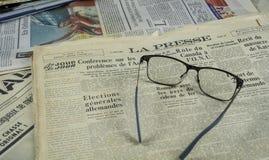 Jornal 1952 do vintage de Presse do La com vidros fotos de stock