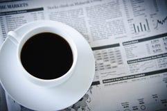 Jornal e café de negócio imagens de stock