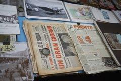 Jornal e imagens velhos imagens de stock royalty free